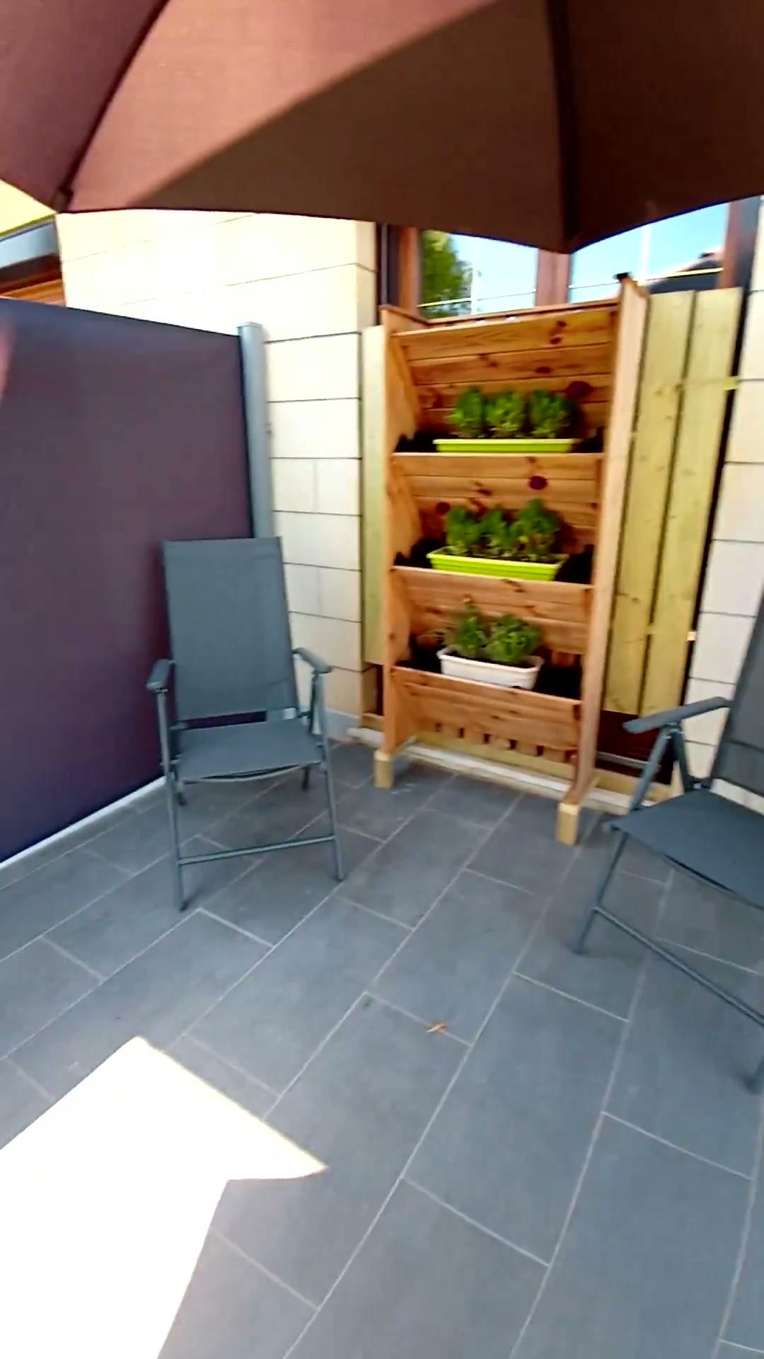 fauteuils terrasse bas et porte plantes